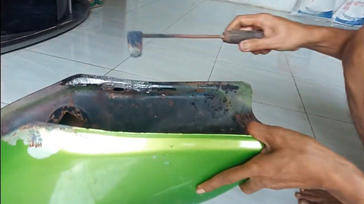 Menambal Tangki Motor Yang Bocor Menggunakan Patri