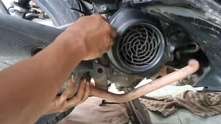 Lepaskan Knalpot motor