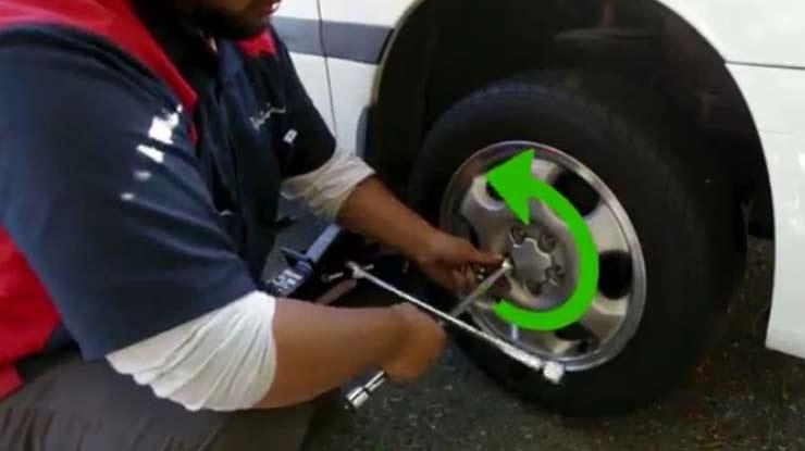 Lepaskan roda mobil
