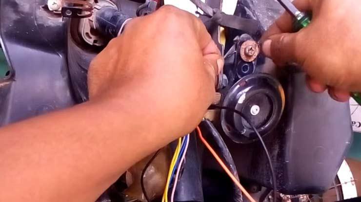 pasang kabel warna hitam ke masa atau rangka