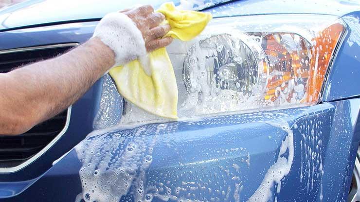 Mencuci Kaca Lampu Mobil Setelah Terkena Air Hujan